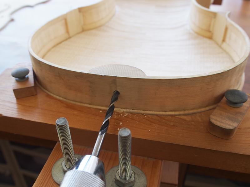 ヴァイオリン製作 エンドピン穴