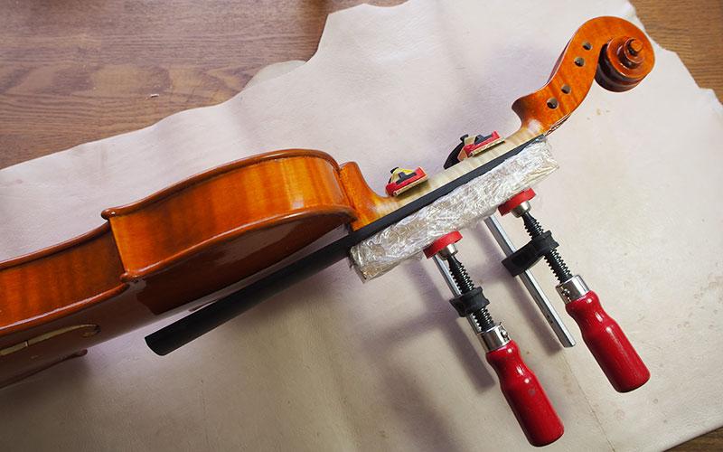 ヴァイオリン製作 指板 貼り付け
